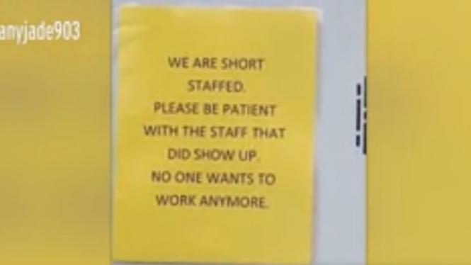 Karyawan McDonald's meninggalkan pesan untuk pelanggan supaya bersabar.