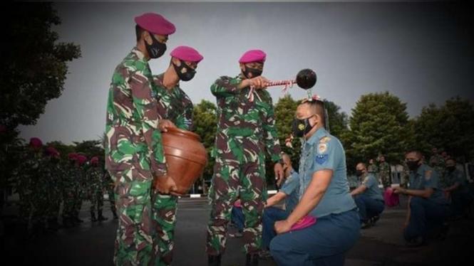 VIVA Militer: Danyonif 2 Marinir memimpin prosesi siraman kenaikan pangkat