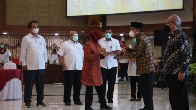 Menteri Sosial Tri Rismaharini menganugrahkan Tanda Kehormatan Satya Lencana Perintis Kemerdekaan kepada 6 orang ahli waris.