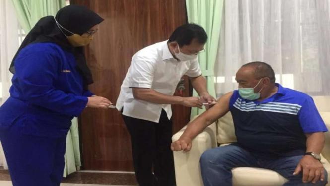 dr Terawan menyuntikkan vaksin Nusantara ke Aburizal Bakrie