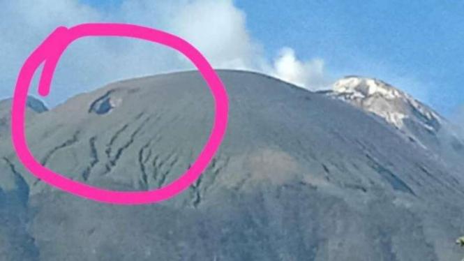 Lubang yang terdapat di puncak Ili Lewotolok, di Kabupaten Lembata, Nusa Tenggara Timur (NTT).