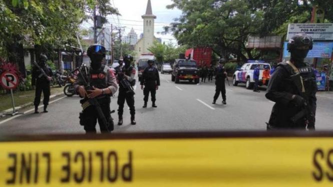 Ilustrasi - Sejumlah aparat keamanan bersenjata lengkap berjaga-jaga usai serangan teror bom bunuh diri di depan Gereja Katedral, Makassar, Sulawesi Selatan, Minggu, 28 Maret 2021.