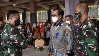 VIVA Militer: Jenderal TNI Andika Perkasa bersama Dirut PT BTN
