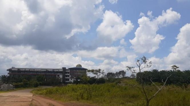 Lahan yang berada di Desa Cicareh, Kecamatan Cikidang, Kabupaten Sukabumi, Jabar yang dijadikan lokasi pembangunan Proyek Bukit Algoritma KEK pengembangan teknologi dan industri 4.0