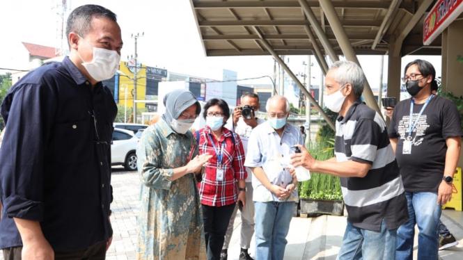 Mensos Risma dalam acara bincang-bincang di Radio Suara Surabaya (17/04).