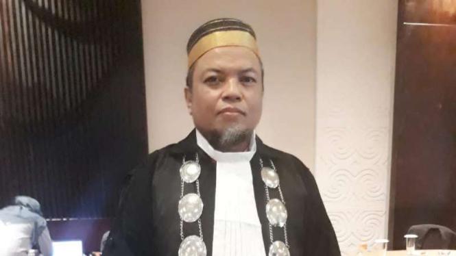 Direktur Lembaga Bantuan Hukum (LBH) Muslim Makassar, Abdullah Mahir, mendampingi istri seorang terduga teroris.
