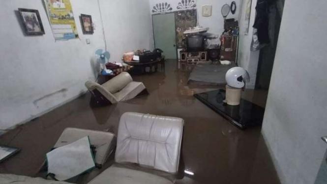 Banjir menyebabkan rumah warga tergenang di Kota Tanjungpinang, Provinsi Kepulauan Riau, Sabtu, 17 April 2021.