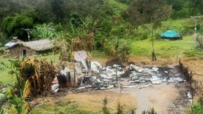 Salah satu rumah warga yang dibakar di Beoga, Kabupaten Puncak, Papua, Sabtu, 17 April 2021.