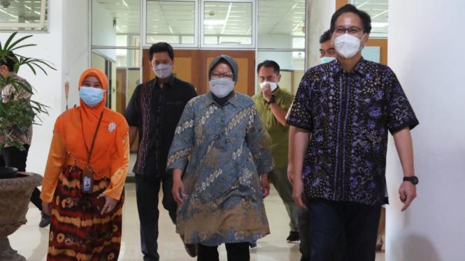 Mensos Risma berkunjung ke kampus ITS dan Universitas Airlangga, Surabaya.