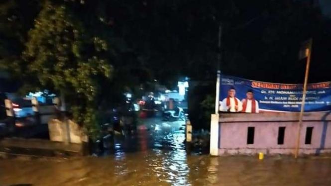 Hujan deras yang melanda sejak sore kembali membuat sejumlah wilayah di Kota Depok, Jawa Barat, terendam banjir pada Sabtu malam, 17 April 2021.