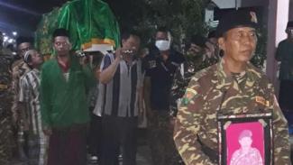 Sejumlah anggota Banser mengantarkan jenazah Khadisin yang meninggal dunia saat menjadi imam tarawih di Kabupaten Jombang, Jawa Timur, Sabtu malam, 17 April 2021.