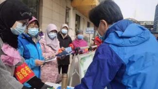 Komunitas Muslim di Beijing, China, melakukan bakti sosial selama Ramadhan.