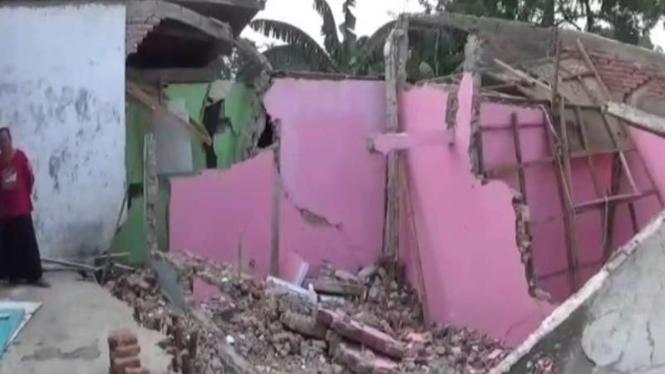 Rumah di Desa Sukaresmi, Kabupaten Bekasi rusak akibat tanah amblas