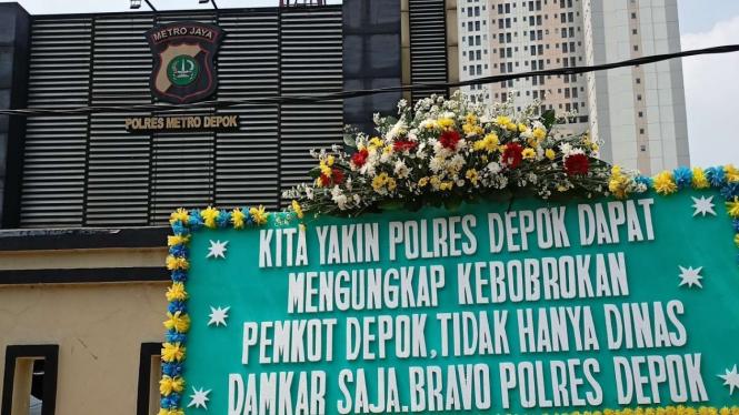 Karangan bunga mendukung Polres Depok usut kasus dugaan korupsi di Damkar Depok.
