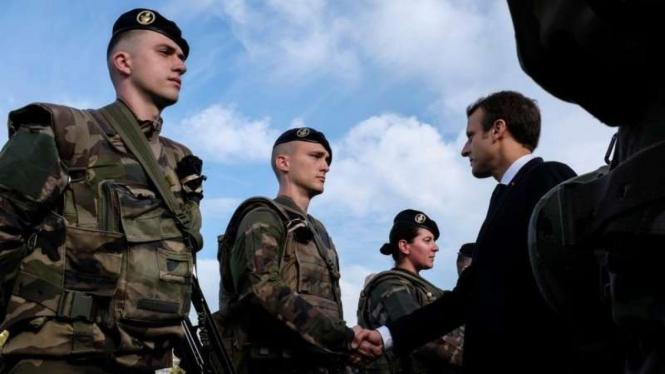 VIVA Militer: Presiden Prancis, Emmanuel Macron, menyalami prajurit