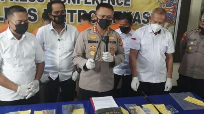 Polresta Bekasi bekuk kawanan pengganjal ATM, tarik uang saldo tak berkurang