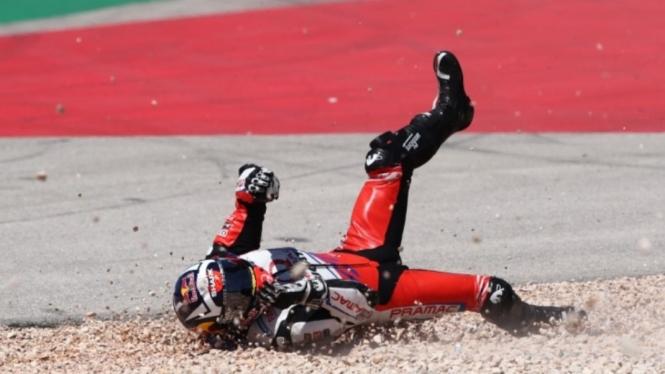 Pembalap Ducati, Johann Zarco, saat terjatuh di balapan MotoGP Portugal 2021.