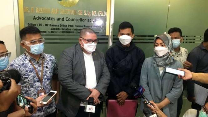 Petugas Damkar Depok, Sandi bersama kuasa hukumnya Razman Arif