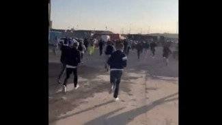 Fans Liverpool dan Leeds United unjuk rasa sebelum laga