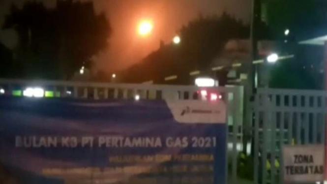 Suasana dari kejauhan sinar api di Desa Pasir Sari