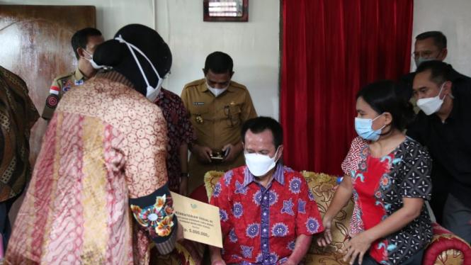 Mensos Risma saat menyambangi RS Bhayangkara Kota Makassar, Sulawesi Selatan, Selasa (20/4/2021).