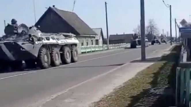 607ea34ccd5b2-viva-militer-panser-angkatan-darat-belarus-di-perbatasan-ukraina_663_372.jpg