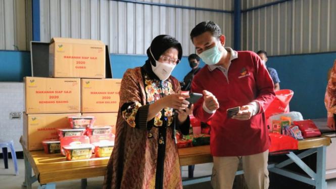 Mensos Tri Rismaharini saat meninjau gudang logistik di Makassar
