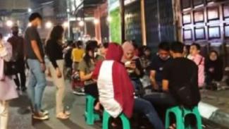 Kerumunan warga Medan di KCW (?Kesawan City Walk).