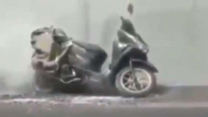 Ratusan petasan yang diangkut di motor meledak
