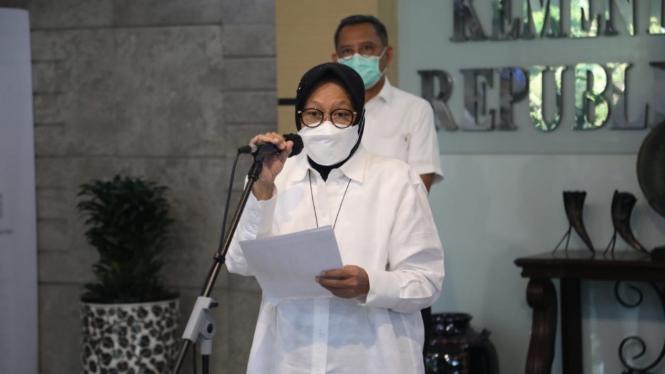 Menteri Sosial Tri Rismaharini dalam jumpa pers hari ini (21/04).