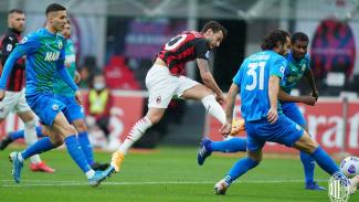 Gelandang AC Milan, Hakan Calhanoglu bobol gawang Sassuolo