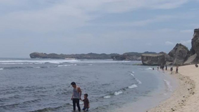 Pemandangan sebelah kanan di Pantai Indrayanti (Sumber : Dokumentasi Pribadi Penulis)