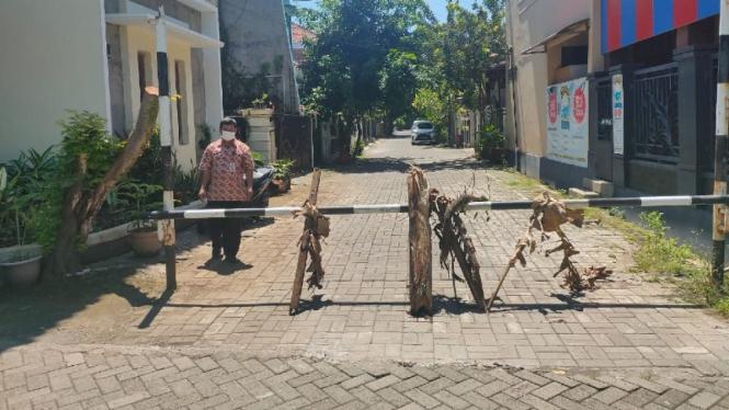 Perumahan RW 1 Kelurahan Sampanga, Semarang sementara ditutup portal.