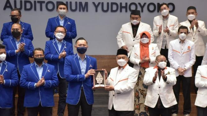 Ketum Demokrat Agus Harimurti Yudhoyono (AHY) dan Presiden PKS Ahmad Syaikhu