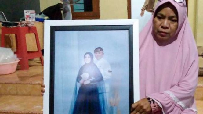 Yayak Dwi Ernawati, keluarga (mertua) perempuan menunjukkan foto Serda Ede.