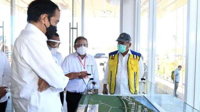 Presiden Jokowi mendapatkan penjelasan soal pembangunan KIT Batang.