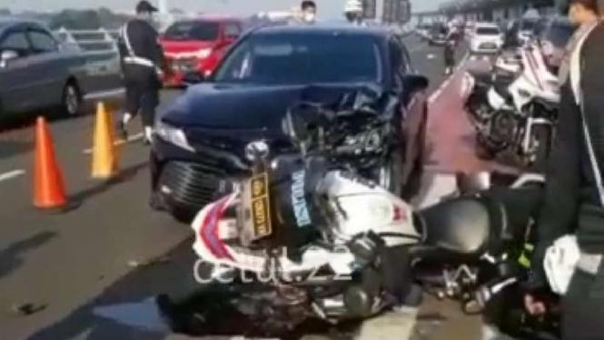 Motor patwal polisi ringsek dihantam sedan di bandara Soetta.