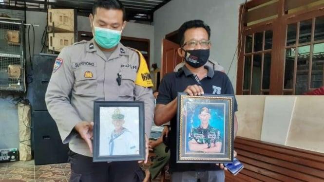Sunaryo, ayah Fajar awak KRI Nanggala 402 pegang foto Fajar (kanan)