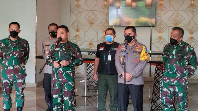 Konferensi Pers TNI-Polri soal WN India.