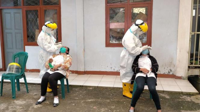 Pemeriksaan Rapid Antigen oleh Satgas COVID-19 Kabupaten Manggarai, NTT.