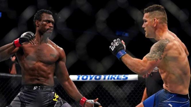 Duel antara Chris Weidman dan Uriah Hall di UFC 261