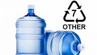 Air kemasan galon guna ulang.