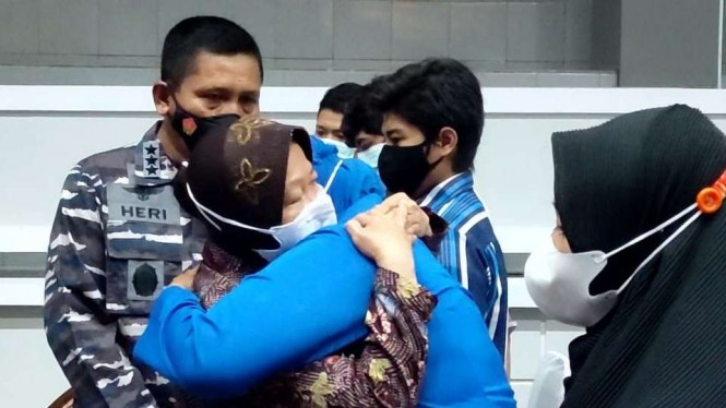 Mensos Tri Rismaharini memeluk keluarga awak kapal selam KRI Nanggala 402.