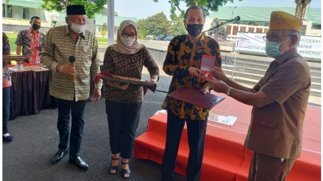 Samsul Hadi, mewakili sekaligus sebagai ahli waris Jend. TNI (Purn) Daryatmo, menerima penghargaan tanda Kehormatan Satya Lencana Perintis Kemerdekaan.