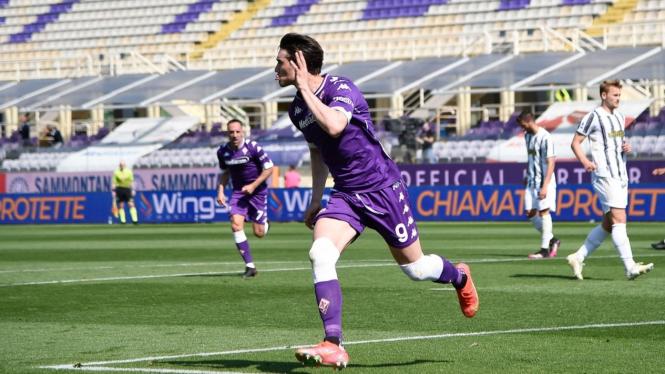 Pemain Fiorentia, Dusan Vlahovic membobol gawang Juventus