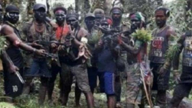 Sejumlah orang yang pemerintah juluki sebagai kelompok kriminal bersenjata (KKB) di Papua.