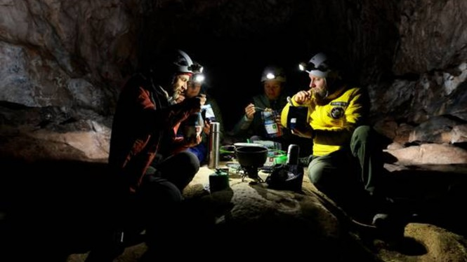 Hidup di dalam gua selama 40 hari.