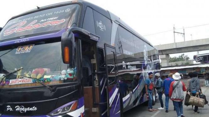 Suasana pergerakan penumpang di Terminal Bus Lebak Bulus, Senin, 26 April 2021.
