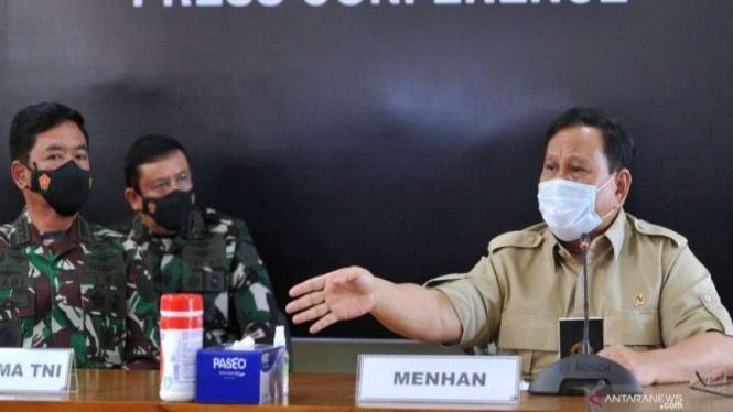 Menteri Pertahanan Prabowo Subianto (kanan) dan Panglima TNI (kiri)