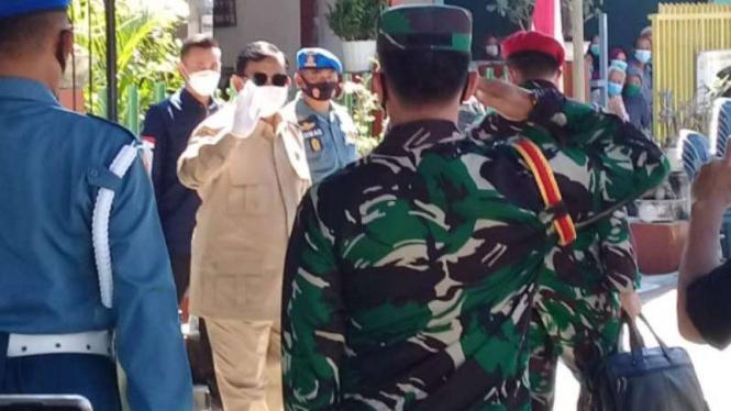 Menhan Prabowo Subianto saat menyambangi rumah duka kru Nanggala 402 di Sidoarjo